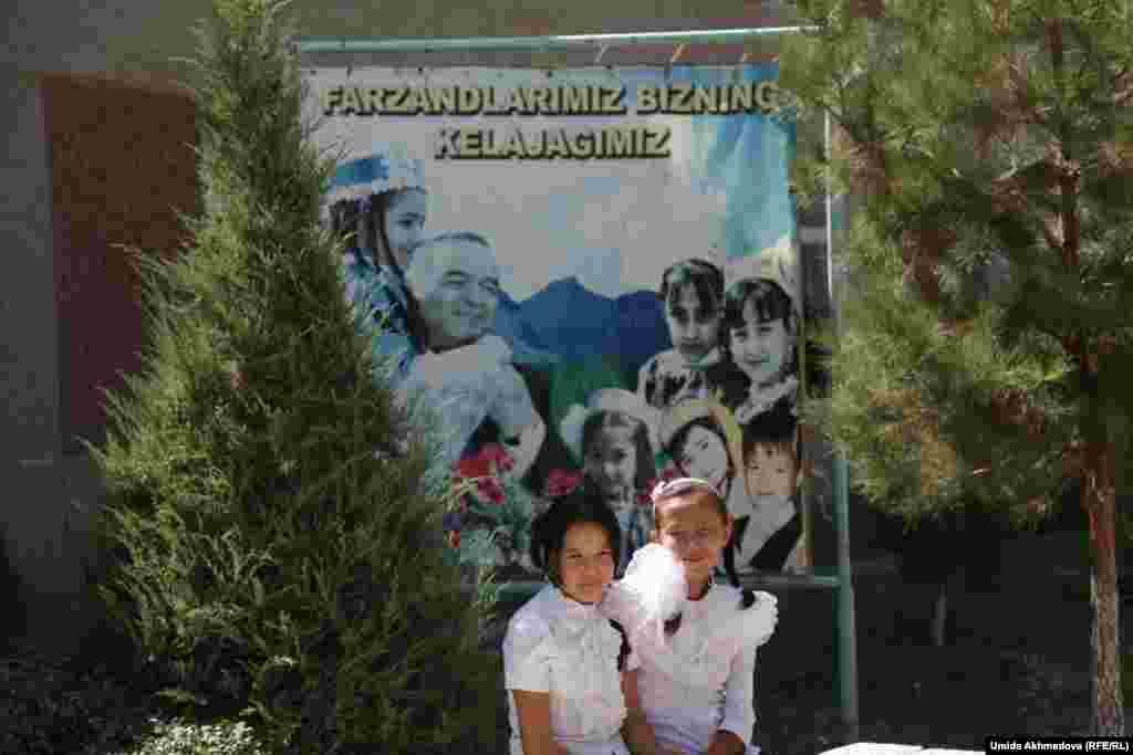 Ученицы школы № 53 во дворе школы