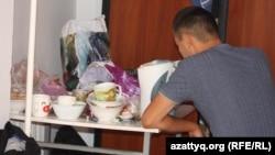 Жатақханадағы студенттің тамақтанып отырған сәті. Алматы, 8 қыркүйек 2013 жыл.