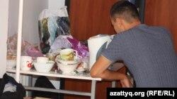 Жатақханада тұратын студент тамақтанып отыр. Алматы, 8 қыркүйек 2013 жыл. (Көрнекі сурет)