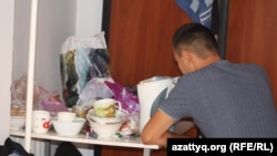 Студент обедает в комнате общежития. Алматы, 8 сентября 2013 года.