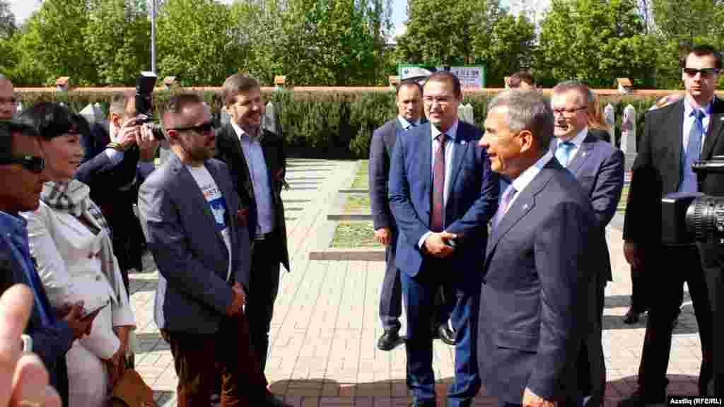Чәчәк салганнан соң президент Прагада яшәүче татарлар белән аралаша.