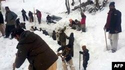 Lokalni stanovnici tragaju za žrtvama lavine u dolini Neelum, Pakistan, 14 januar 2020.