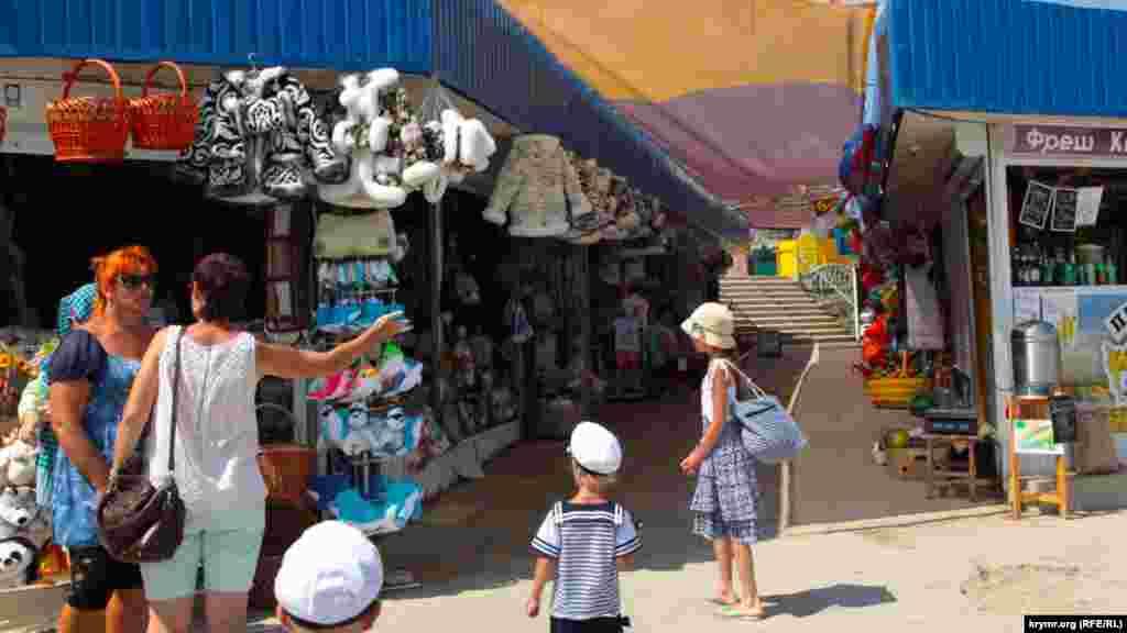 На рынке продают меховые изделия. Летом