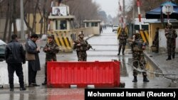 Forcat e sigurisë afgane para vendit ku ka ndodhor sot sulmi në Kabul