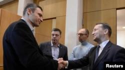 Ministrul de externe al Poloniei, Radoslaw Sikorski (dr.) la întîlnirea de la Kiev de astăzi cu Vitali Kliciko, Oleh Tiahnibok și Arseni Iațeniuk