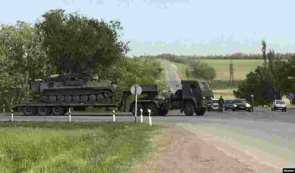 Вантажівки перевозять військову техніку через Матвєєв Курган поблизу російсько-українського кордону. У Міноборони Росії агентству Reuters заявили, що не можуть прокоментувати цілей перекидання військ