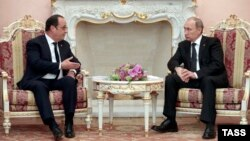 French President Francois Hollande (left) with Russian President Vladimir Putin during a bilateral meeting in Yerevan on April 24