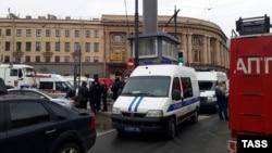 Спасатели возле станции метро в Санкт-Петербурге, где произошел взрыв, 3 апреля 2017 года