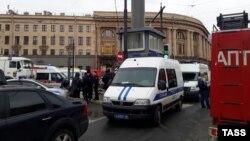 Пожарные и полиция возле станции метро в Санкт-Петербурге после взрыва, 3 апреля 2017