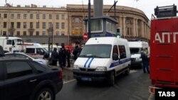 Поліція і пожежники біля станції метро «Технологічний інститут» після вибуху в підземці, Санкт-Петербург, Росія, 3 квітня 2017 року