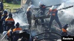 Российские спасатели выносят обгоревшие тела из-под завалов интерната. Новгородская область, 13 сентября 2013 года.