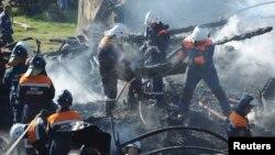 Пожарные извлекают тела погибших, архивное фото