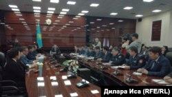 На совещании в акимате Южно-Казахстанской области под председательством акима региона Жансеита Туймебаева. Шымкент, 15 марта 2018 года.