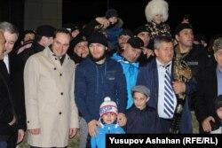 Слева от Хабиба Нурмагомедова глава правительства Дагестана Артем Здунов