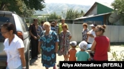 Мәрмәр зауыты жанында тұратын Текелі тұрғындары. Алматы облысы, 14 тамыз 2015 жыл.