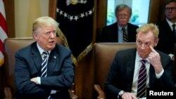 Президент США Дональд Трамп и заместитель министра обороны США Патрик Шэнахан (справа), 9 мая 2018 года.