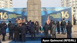Люди у монумента Независимости после возложения цветов в память о погибших во время Желтоксана. Алматы, 16 декабря 2017 года.