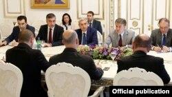 Армения -- встреча премьер-министра Армении Карена Карапетяна с министром регионального сотрудничества Израиля Цахи Ханегби, Ереван, 26 июля 2017 г.