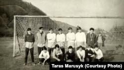 Чемпіони школи з футболу. Степан Шпортюк і Тарас Марусик стоять (третій зліва і четвертий зліва, відповідно)