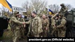 Президент України Петро Порошенко під час зустрічі з військовослужбовцями 72-ї окремої механізованої бригади в Авдіївці, що неподалік від Донецька, 22 жовтня 2017 року