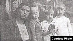 Матрёна Кузнецова балаларымен бірге. (Үш баланың ортасындағы - қызы Галина). Алматы облысы, 1946 жылдың мамыры.