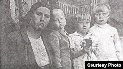 Матрёна Кузнецова со своими детьми, дочь Галина в центре. Поселок Бурабай Алматинской области, май 1946 года.