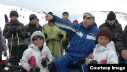 Эмомалӣ Раҳмон дар пойгоҳи лижаронии Сафеддара. Феврали соли 2006