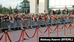 """""""Еуразия"""" кинофестивалі қонақтарын күткен жұрт. Алматы, 16 қыркүйек 2013 жыл."""