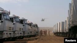 Військовий вертоліт летить над російським конвоєм гуманітарної допомоги, Ростовська область, 14 серпня 2014 року