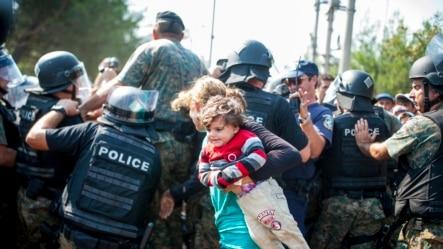Migranti i policija na grčko-mađarskoj granici kod Đevđelije