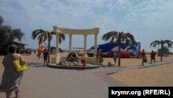 Центральный вход на городской пляж в Керчи. Июль 2015 года
