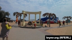 Центральний вхід на міський пляж у Керчі, липень 2015 року