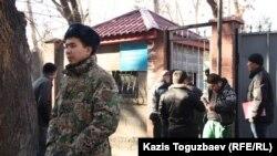 Группа призывников у входа на территорию сборного призывного пункта Алматы. 3 декабря 2013 года.
