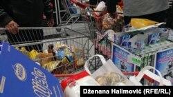 Puna kolica osnovnih životnih namirnica, jedna od prodavnica u Sarajevu, 16. mart