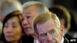 """Экс-президент Чехии Вацлав Гавел (справа) на """"Форуме 2000"""""""
