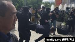 Задержания участников акции протеста в поддержку политических заключенных. Алматы, 10 мая 2018 года.