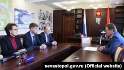 Евгений Костюшин (второй слева) на встрече с Дмитрием Овсянниковым (справа)