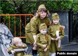 Крымская семья отмечает День Победы