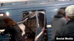У вагона поезда петербургского метро, в котором 3 апреля 2017 года прогремел взрыв