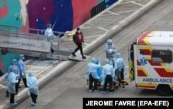 Эвакуация пассажиров с подозрением на коронавирус с круизного лайнера World Dreams в порту Гонконга. 5 февраля 2020 года