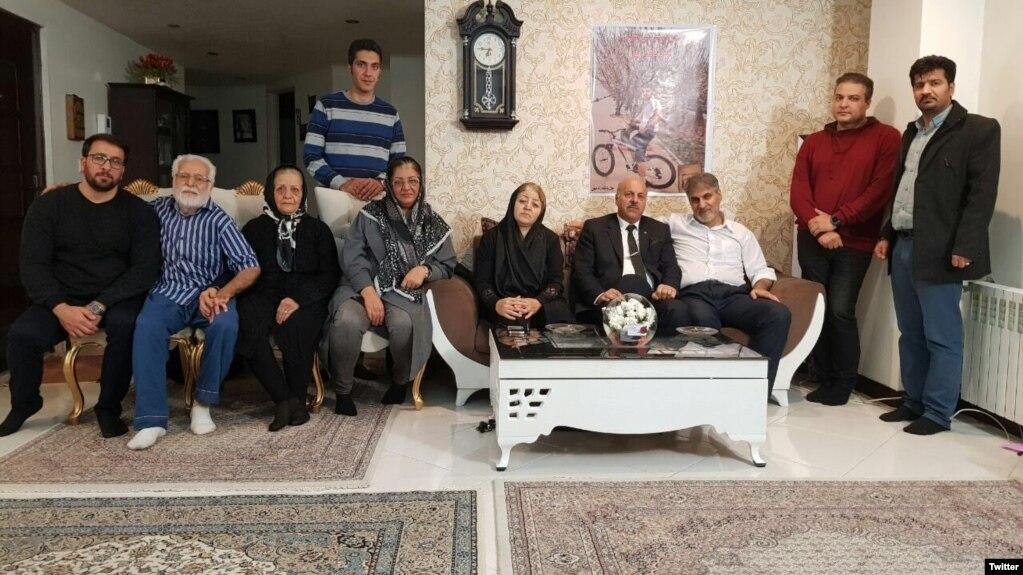 ناهید شیرپیشه (راست) در کنار خانواده و چند فعال سیاسی از جمله قاسم شعلهسعدی