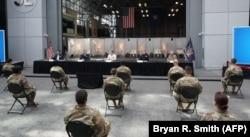 Губернатор Нью-Йорка Эндрю Куомо выступает перед служащими Национальной гвардии в выставочном центре имени Джавитса, превращенном во временный госпиталь