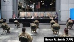 Губернатор Нью-Йорка Эндрю Куомо (в центре) выступает перед членами Национальной гвардии 27 марта 2020 года.
