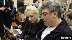 Iulia Navalnîi și liderul opoziției ruse Boris Nemțov în sala tribunalului din Kirov