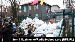 Здание телеканала NewsOne в Киеве окружили мешками с песком и колючей проволокой