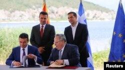 Министрите за надворешни работи на Македонија и на Грција, Никола Димитров и Никос Коѕијас го потпишаа договорот за името во Псарадес на 17 јуни 2018