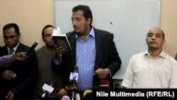 قيادي بحركة 6 أبريل يقرأ بياناً أمام الصحفيين في نقابة الصحفيين المصرية بالقاهرة