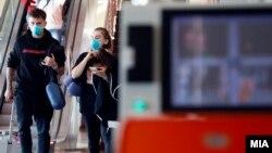 Скенирање патници со термална камера на меѓународниот аеродром Скопје.