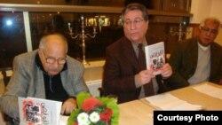 الكاتب جاسم المطير خلال حفل توقيع لكتابه جرى في واشنطن في 14 كانون الثاني 2012