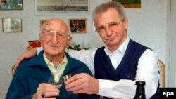 Almaniyanın ən qocaman sakini Robert Meyer (108 yaş) oğlu ilə badə qaldırır